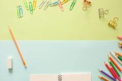 Minimale het werkruimte - de Creatieve vlakte legt foto van werkruimtebureau met sketchbook en houten potlood op exemplaar ruimte royalty-vrije stock foto's