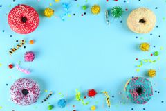 Minimale samenstelling in trillende kleuren met heldere glans donuts stock foto
