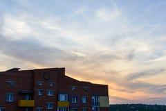 Minimale stedelijke landschapsbaksteen die minimale hemelzonsondergang het leven flats bouwen Stock Foto