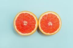 Minimale stijl, creatieve lay-outsinaasappel en grapefruit Vlak leg Het concept van het voedsel De helft van sinaasappel op turko Royalty-vrije Stock Foto
