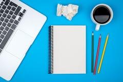 Minimale werkplaats met laptop en lege blocnote royalty-vrije stock afbeeldingen