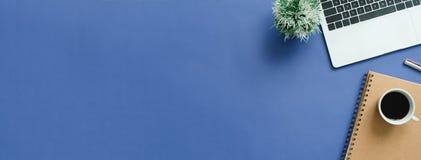 Minimaler Arbeitsplatz - kreative Ebene legen Foto des Arbeitsplatzschreibtisches Draufsichtschreibtisch mit Laptop, verspotten h lizenzfreies stockbild