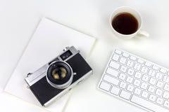Minimaler weißer Arbeitsplatz mit Weinleseartkamera stockfotografie