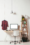 Minimales Büro auf weißem Hintergrund Lizenzfreie Stockbilder