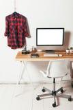 Minimales Büro auf weißem Hintergrund Stockbild