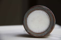 Minimales Bild des runden rustikalen alten Metallkastens stockbild