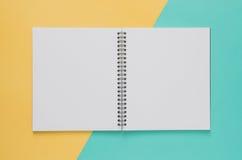 Minimales Konzept des Büroarbeitsplatzes Leeres Notizbuch auf Gelb und b Lizenzfreie Stockbilder