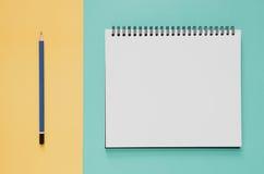 Minimales Konzept des Büroarbeitsplatzes Leeres Notizbuch, Bleistift auf Schrei Stockbilder