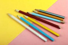 Minimales Konzept des Sommerspaßes Draufsicht über Bleistiftfarben Stockbilder