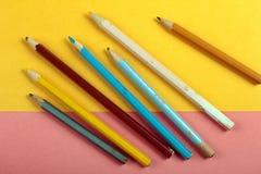 Minimales Konzept des Sommerspaßes Draufsicht über Bleistiftfarben Stockfotos