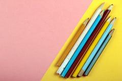 Minimales Konzept des Sommerspaßes Draufsicht über Bleistiftfarben Stockfoto