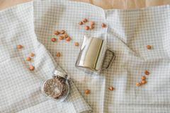 Minimalism i matfotografi på ett kaffetema royaltyfria bilder