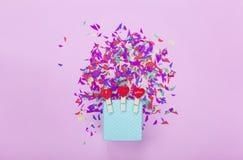 minimalisme je t'aime, les vacances, célèbrent, joyeux anniversaire Fond de réception boîte-cadeau bleu, coeurs rouges, elemen co Photographie stock libre de droits