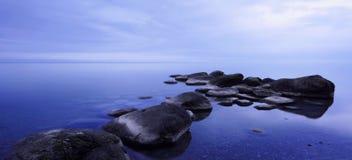 Minimalismo in acque blu ( ii) immagine stock libera da diritti