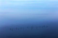 Minimalismo. Rete di vista sul mare dei pescatori con la linea di orizzonte Fotografia Stock Libera da Diritti
