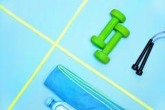 Minimalismo, teste di legno, scarpe da tennis, bottiglia di acqua, corda di salto, asciugamano, oggetti di sport fotografie stock libere da diritti