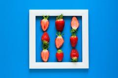 minimalismus Erdbeere-martix Meisterwerk im Holzrahmen Beschneidungspfad eingeschlossen Flache Lage lizenzfreies stockfoto