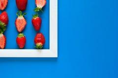 minimalismus Erdbeere-martix Meisterwerk im Holzrahmen Beschneidungspfad eingeschlossen Flache Lage lizenzfreie stockfotos