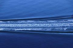 Minimalist över huvudet sikt av snabb motorbåtvaken arkivbilder