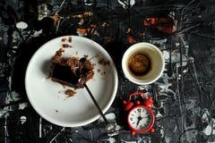 Minimalist frukost med kaffe- och chokladkakan Royaltyfri Fotografi