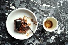 Minimalist frukost med kaffe- och chokladkakan Arkivfoto