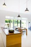 Minimalist modernt rum med pentryt royaltyfri bild