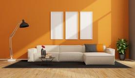 Minimalist vardagsrum med den vita soffan Arkivfoto