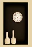Minimalista ścienna dekoracja z round kształtną parą wazy i zegarem fotografia royalty free