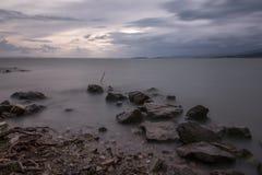 Minimalista, długa ujawnienie fotografia niektóre duże skały w Trasimeno zdjęcie stock