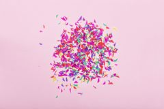 minimalista Partyjny tło świąteczny, barwiony, confetti, odgórny widok kosmos kopii 2007 pozdrowienia karty szczęśliwych nowego r obrazy royalty free