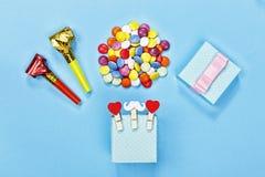 minimalista partyjny tło, prezenta pudełko, śmieszny wąsy, confetti, błękitny tło, kopii przestrzeń Szczęśliwy fater ` s dzień zdjęcia royalty free