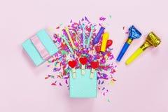 minimalista partyjny tło, prezenta pudełko, balon, confetti, lily tło, kopii przestrzeń szczęśliwy urodziny zdjęcia royalty free