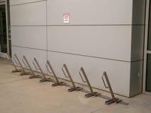 Minimalista, rastrello della bici di alta sicurezza fuori di un ufficio moderno Fotografia Stock