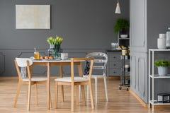 Minimaliste, meubles dinants en bois photographie stock libre de droits