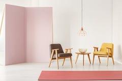 Minimalistic与减速火箭的扶手椅子的室内部,咖啡桌, r 免版税库存照片