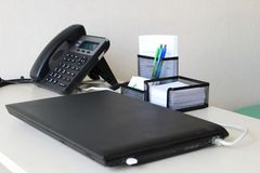 Minimalistic办公室工作场所桌 免版税库存图片