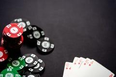 赌博娱乐场芯片和纸牌在minimalistic黑背景 一刹那皇家 库存图片