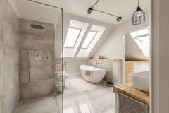Современный интерьер ванной комнаты с minimalistic ливнем