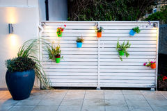 Minimalistic Blumenwanddekoration im Freien Stockfoto