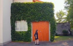 Minimalistic criativo com menina e arquitetura Imagem de Stock