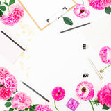 Minimalistic denominou o espaço de trabalho do quadro com prancheta, caderno, as rosas roxas e os acessórios no fundo branco Conf Imagem de Stock
