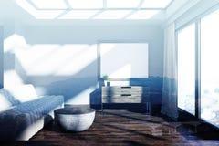 Minimalistic grijze woonkamer, bank, gestemde affiche Royalty-vrije Stock Afbeeldingen