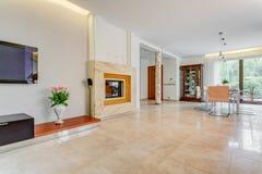 Minimalistic-Kamin in moderrn Haus stockfoto