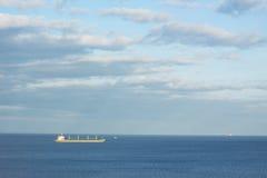 minimalistic Landschaft mit Frachtschiff Lizenzfreies Stockfoto