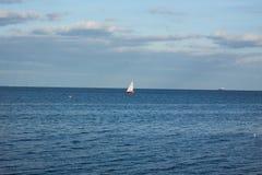 Minimalistic-Landschaft mit Segelschiff Stockbild