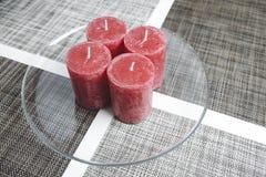 Minimalistic nastania wianek, cztery świeczki na szklanym talerzu Zdjęcie Stock