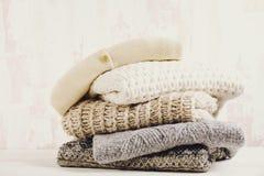 Minimalistic nieociosany skład z brogującym rocznikiem dział łatwych modnych dużych rozmiarów stylowych pulowery, knitwear strój zdjęcia stock