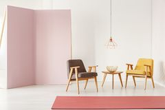 Minimalistic-Rauminnenraum mit Retro- Lehnsesseln, Couchtisch, r lizenzfreies stockfoto