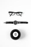 Minimalistic Schwarzweiss-Zusammensetzung: Gläser, Uhren und magischer Ball 8 Lizenzfreie Stockfotografie