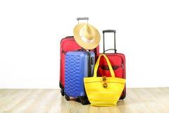 Minimalistic skład z walizka bagażem dla wakacje Podróży lekki pojęcie obrazy royalty free